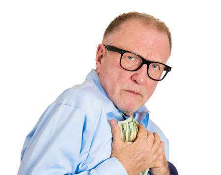 egoísta: Primer retrato, codicioso ejecutivo, CEO, jefe, empleado de la empresa de edad, hombre maduro, sosteniendo billetes de dólar con fuerza, fondo blanco aislado. La expresión facial emoción humana Negativo