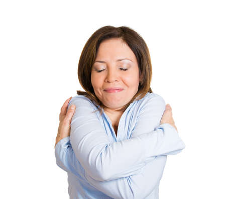 donna innamorata: Ritratto del primo piano, donna sicura di s� in possesso di abbracciare se stessa, isolato sfondo bianco. Emozione positiva sensazione espressione del viso, la reazione, la situazione, l'atteggiamento. Ama te stesso concetto Archivio Fotografico