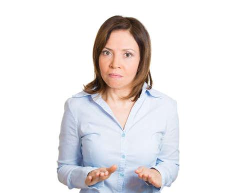 calm down: Ritratto del primo piano, maturo, donna pazza alzando le mani fino a dire calmarsi, fermarlo, isolato sfondo bianco. Negativo emozione umana sentimenti espressioni del viso, segni e simboli Archivio Fotografico