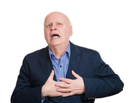 suffocating: Ritratto del primo piano anziano maschio esecutivo, dipendente aziendale avendo toracico improvviso, il dolore del cuore, cercando di catch up aria, soffocante, isolato sfondo bianco. Infarto miocardico, la rottura di aneurisma aortico Archivio Fotografico