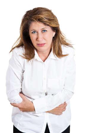 poisoning: Ritratto del primo piano, maturo, ha sottolineato la donna, mettendo le mani sulla pancia avere cattivi dolori, dolori, isolato sfondo bianco. Crampi influenza intossicazione alimentare. Emozione negativa, espressione del viso, la reazione