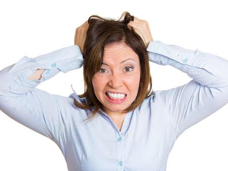 stupor: Primer retrato, mujer madura subray� tirando de su pelo a punto de tener ataque de nervios, fondo blanco aislado. Las emociones negativas humanos, las expresiones faciales, reacciones, actitud, sentimiento