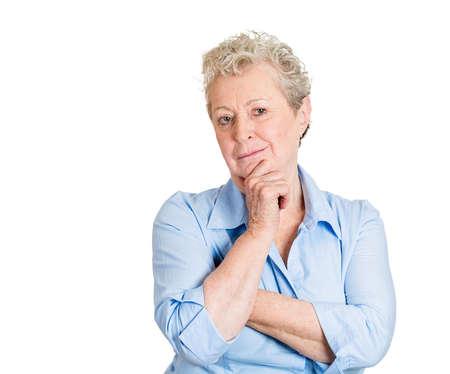gezichts uitdrukkingen: Close-up portret, senior volwassen vrouw, rust kin op de hand, diepe gedachten, het analyseren van een keuze, geïsoleerde witte achtergrond. Negatieve emoties, gezichtsuitdrukkingen, gevoelens, lichaamstaal, houding