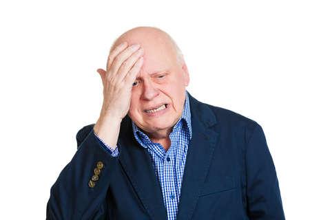 personne malade: Gros plan portrait de l'homme d'affaires �g�, grand-p�re souffrant de migraine s�v�re, isol� sur fond blanc. G�riatrie, probl�mes de sant� mentale, la d�pression. �motion, expression du visage, la perception de la vie