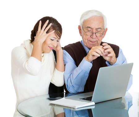 conflictos sociales: Retrato del primer joven, conocedores de la tecnología, mujer frustrada, mostrando confundida alto más viejo, hombre, de edad avanzada con gafas lo aislados uso portátil fondo blanco. Diferencias brecha generacional concepto Foto de archivo