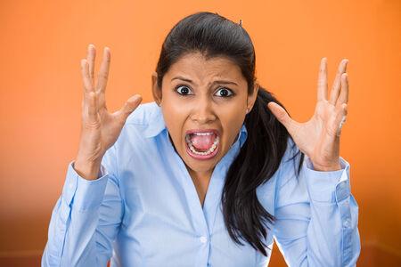 Primer retrato de enojado, disgustado joven hostil, trabajador, empleado furioso, gritando, gritando las manos en el aire aislado sobre fondo naranja. Emociones humanas negativas, reacción expresiones faciales Foto de archivo - 28620651
