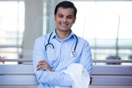 친절 한 미소 자신감 남성 의사, 의료 전문가 목 주위 팔, 청진기를 웃 고의 확대 사진 초상화를 건 넜 다. 환자 방문. 건강 관리 개혁.