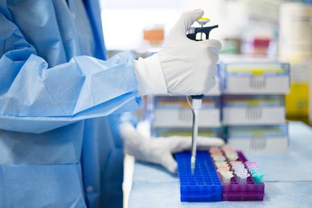 Close-up bijgesneden portret, wetenschapper pipetteren met handen, laboratoriumexperimenten, geïsoleerde lab. Forensisch onderzoek, genetica, microbiologie, biochemie