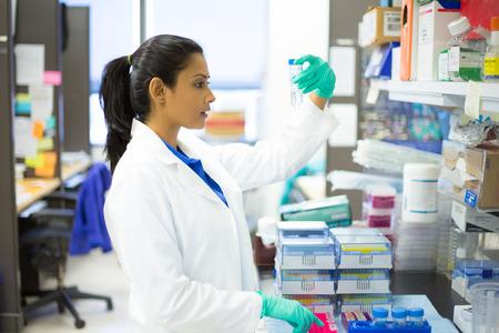 Close-up portret, jonge wetenschapper in witte jas lab doet experimenten in het lab, de academische sector. Stockfoto