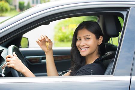 Close-up portret, jonge vrolijke, vrolijke, glimlachen, prachtige vrouw die sleutels van haar eerste nieuwe auto. Klanttevredenheid