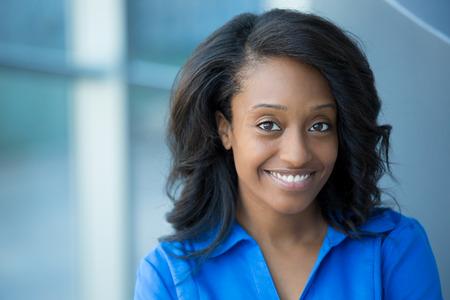 근접 촬영 초상화, 파란색 셔츠에 젊은 전문, 아름다운 자신감 여자, 친절한 성격, 사무실 배경 실내 격리 된 미소. 긍정적 인 인간의 감정 스톡 콘텐츠