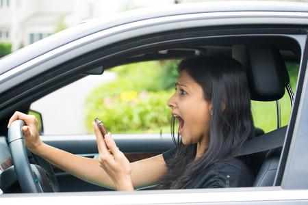 근접 촬영 초상화, 젊은 여자, 후 거의 약 하다며 교통 사고 충격이 검은 차를 운전하고 그녀의 전화를 검사, 격리 야외 배경