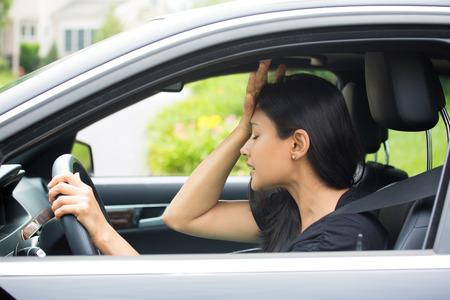 conflicto: Primer retrato, enojado mujer sentada joven cabreado por los conductores frente a ella, la mano en la cabeza, aislado fondo calle de la ciudad. La rabia del camino concepto atasco de tr�fico