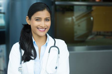 자신감 여성 의사를 미소 친절의 근접 촬영 초상화, labcoat 및 청진, 격리 된 실내 클리닉 병원 배경으로 전문 의료