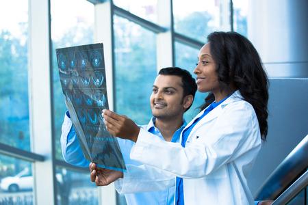 全身 x 線レントゲン画像、ct スキャン、mri を見て白い白衣と知的医療従事者のポートレート、クローズ アップは、病院診療所背景を分離しました。 写真素材