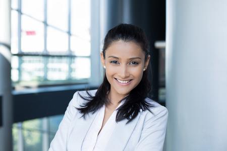 professionnel: Portrait Gros plan, jeune professionnel, belle femme confiante en costume blanc gris, personnalité sympathique, souriant isolé intérieur bureau fond. Émotions humaines positives Banque d'images