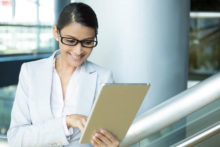 mujer trabajadora: Primer retrato, mujer feliz atractivo en el juego blanco y negro gris vidrios usando pc plata, aislado interior fondo de la oficina. Expresiones faciales positivo emoci�n humana sentimientos Foto de archivo