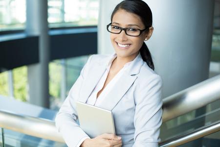 Close-up portret, aantrekkelijke gelukkige vrouw in grijs wit pak en zwarte bril met zilveren pc, geïsoleerd binnen binnenlands kantoor achtergrond. Positieve menselijke emotie gezichtsuitdrukkingen gevoelens Stockfoto - 40923623