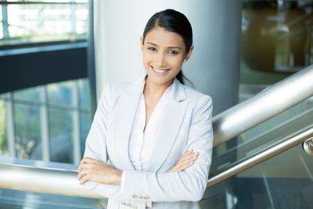 ポートレート、クローズ アップ、若い専門家、美しいピンクのシャツが灰色のスーツ、腕を組んで自信を持って女性折り返されて, 屋内オフィス背景を分離した笑顔します。肯定的な人間の感情 写真素材 - 40997598
