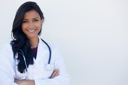 Close-up portret van vriendelijke, glimlachende vertrouwen vrouwelijke arts handen armen over elkaar gevouwen, zorgverlener geïsoleerde witte achtergrond. Positieve menselijke gezicht uitdrukking, emotie houding Stockfoto