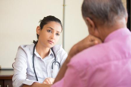Close-up portret, patiënt praten serieus gesprek aan zorgverlener, binnen geïsoleerde achtergrond