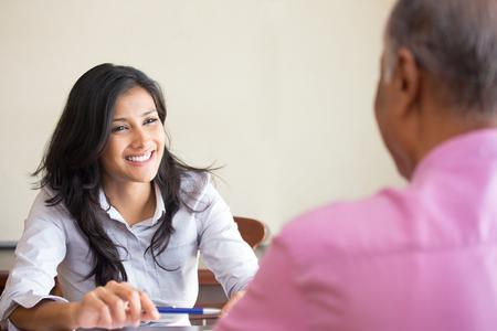 Closeup retrato, cita con el gerente de la oficina, entrevista de trabajo, contratación, aislado en el interior de fondo de la oficina. Conseguir ese primer trabajo o excelente servicio al cliente con una sonrisa