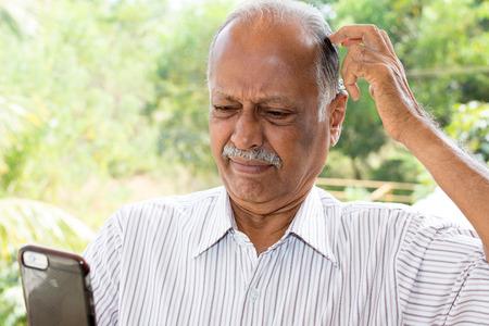 Close-up portret, heer met snor in wit gestreept overhemd, met stomheid geslagen verbijsterd door wat hij ziet op de mobiele telefoon, geïsoleerd buiten buiten kantoor achtergrond Stockfoto - 52420095