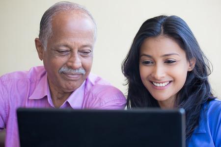 persona leyendo: retrato de detalle, la sesión mujer joven que muestra el anciano utilizar la computadora portátil negro, feliz por lo que ven, en el interior de fondo aislado