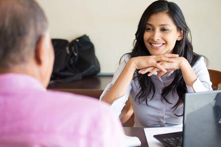 Retrato del primer, cita con el director de la oficina, entrevista de trabajo, la contratación, aislados en el interior fondo de la oficina. Conseguir que el primer empleo o excelente servicio al cliente con una sonrisa