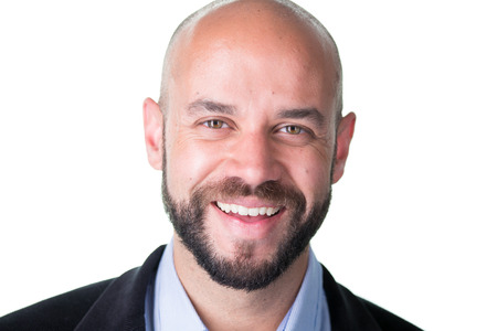 Close-up portret, professionele man met goatee baard in donkere blazer en blauw shirt, geïsoleerde witte achtergrond Stockfoto