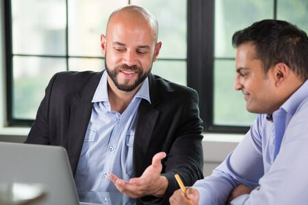 Close-up portret van twee mensen met zakelijke discussie op laptop, geïsoleerde binnenkant kantoor venster achtergrond Stockfoto