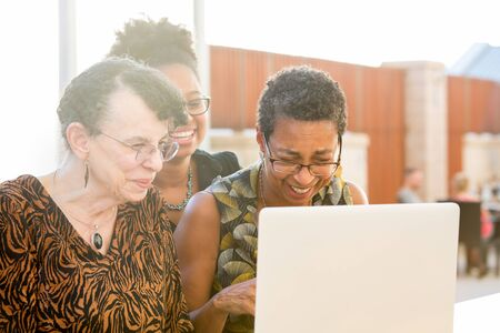 Close-up portret, multigenerational familie kijken naar iets spannend op laptop, geïsoleerde buitenshuis achtergrond Stockfoto