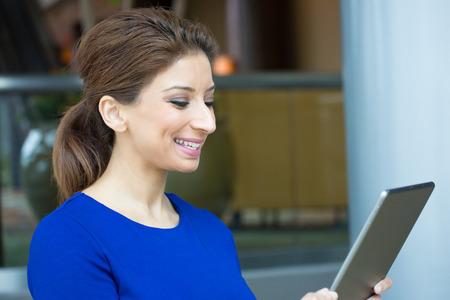 Close-up portret, aantrekkelijke gelukkige vrouw in blauwe jurk met behulp van zilveren pc, geïsoleerde binnenkant interieur kantoor achtergrond. Positieve menselijke emotie gezichtsuitdrukkingen gevoelens