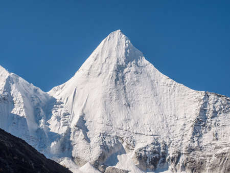 Peak Jambeyang with blue sky background, Daocheng Yading National Park, Sichuan, China. Banque d'images