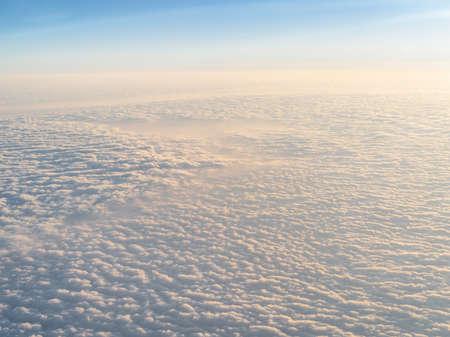 Des nuages. vue depuis la fenêtre d'un avion volant au-dessus des nuages. Banque d'images - 76069930