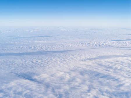 Des nuages. vue depuis la fenêtre d'un avion volant au-dessus des nuages. Banque d'images - 76069935