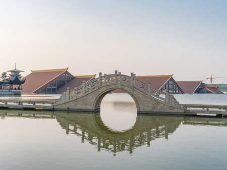 The traditional arch bridge in shanghai Guangfulin culture ruin park. Banque d'images