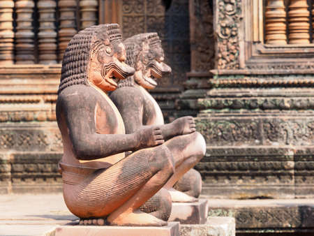 Lion and Monkey Gardians Carvings at Banteay Srei Red Sandstone Temple, Angkor Wat, Cambodia Banque d'images