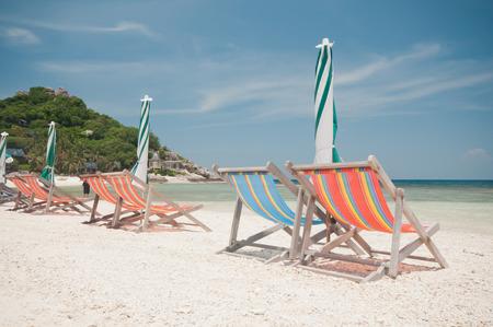 solter�a: sillas y sombrilla en la playa