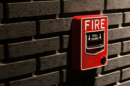 system: Alarm pożarowy na ceglanej Å›cianie Zdjęcie Seryjne
