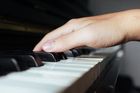 pianista: música de piano pianista tocando la mano Foto de archivo