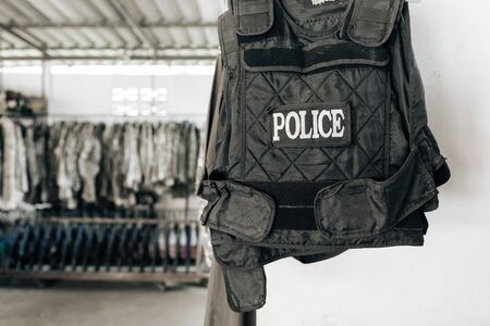 in uniform: uniforme de la polic�a