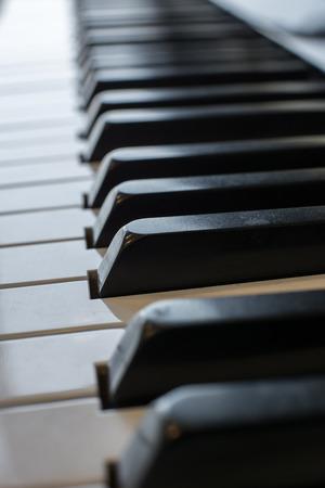piano: primer plano de las teclas del piano