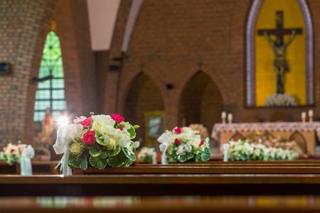 Braut Und Brautigam Stuhl In Der Kirche Mit Blumen Lizenzfreie Fotos