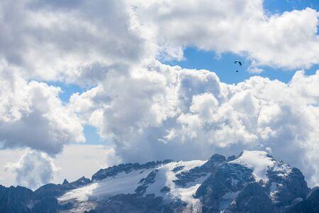 parachute action activity ,cloud blue sky at Dolomite Alps, Italy 免版税图像