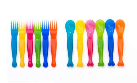 Tenedor y una cuchara de pl�stico de colores