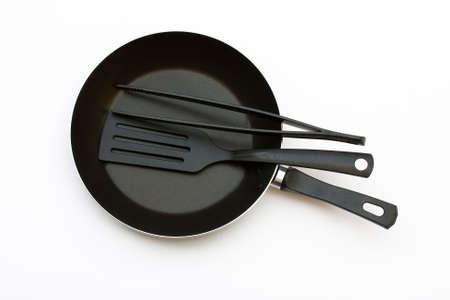 Pan con utensilios de cocina de pl�stico y esp�tula y cucharones Foto de archivo