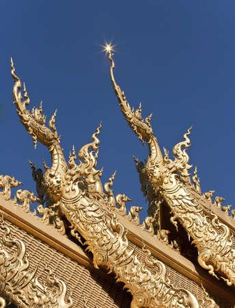 De Oro de Tailandia Naga la arquitectura en el techo del templo Foto de archivo