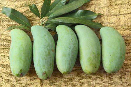 Tailandia fruta del mango, tropical en el fondo de tela tradicionales Foto de archivo