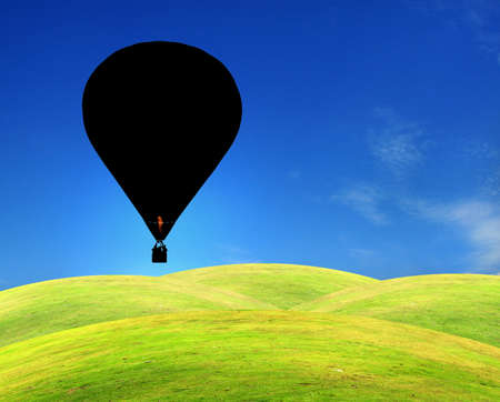 Campo verde con cielo azul claro y el bal�n